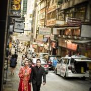 穿着白婚纱和你一起压马路...